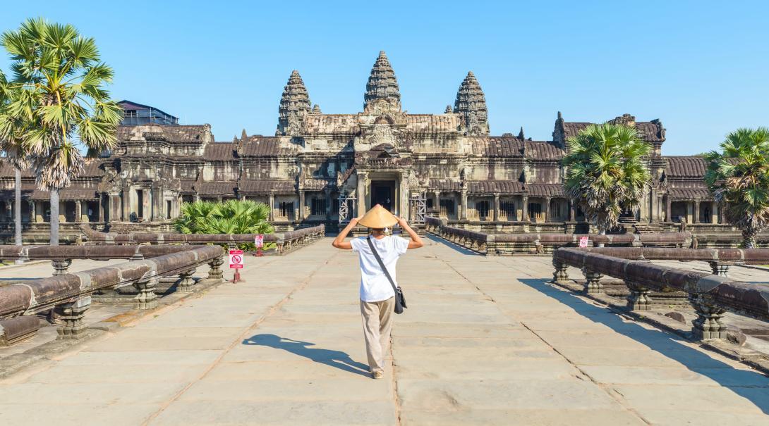 Viajeros explorando Angkor Wat